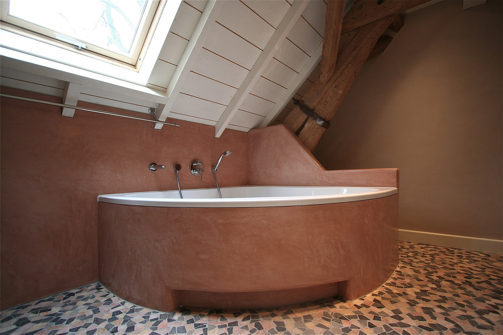 Tadelakt and ceramic bathtub